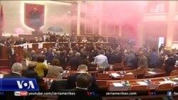 Tiranë, kaos dhe tymuese në parlament, shumica zgjedh kryeprokurorin e përkohshëm.