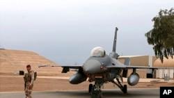 Иракский военнослужащий несет охрану на военно-воздушной базе Балад (архивное фото)