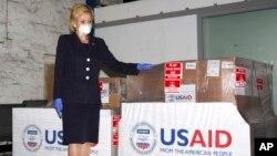 美国驻南非大使马尔克斯2020年5月11日与美国国家开发署向非洲国家捐献的呼吸机合影。