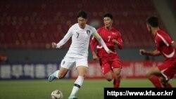 2019년 10월 15일 평양에서 열린 2022 월드컵 예선 H조 3차전 북한 원정경기 당시 손흥민과 한광성의 모습.