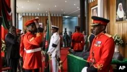 Des officiers militaires kenyans en uniforme de cérémonie montent la garde alors que le corps de l'ancien président Daniel arap Moi repose en état au bâtiment du parlement dans le centre de Nairobi, au Kenya, le 8 février 2020. (AP)