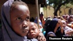 ဆုိမာလီႏုိင္ငံ မုိဂါဒစ္႐ွဴးၿမိဳ႕မွာ WFP ကေဝတဲ့ အစားအစာေတြယူဖုိ႔ ေစာင့္ေမွ်ာ္ေနတဲ့ ဆုိမာလီမိန္းကေလးငယ္မ်ား။ (၂၀၁၁ ခုႏွစ္။)