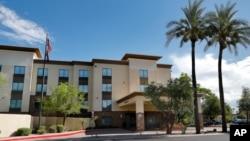 Khách sạn Hampton ở Phoenix, Arizona, nơi giam giữ trẻ em vượt biên bất hợp pháp vào Mỹ.