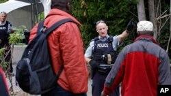 На фото: канадський правоохоронеці зустрічають мігрантів на неофіційному пункті перетину кордону