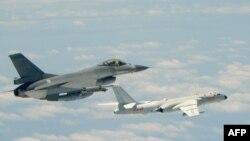 지난 2018년 5월 중국군 H-6K 폭격기(오른쪽)가 타이완 영공 주변에 접근하자 타이완 공군 F-16 전투기가 출격해서 근접 비행한 사진을 타이완 국방부가 공개했다.