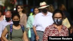 22일 영국 런던 첼시에서 신종 코로나바이러스 감염을 막기 위해 마스크를 쓴 사람들.