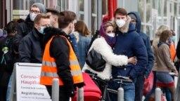 15 Ekim 2020 - Almanya'nın Köln kentinde Corona virüsü testi yaptırmak için sırada bekleyenler
