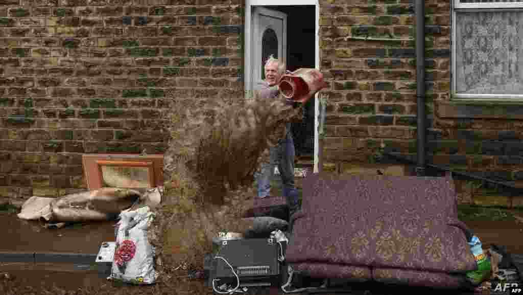 영국 북부 미쓸롬로이드에서 폭풍 '시애라(Ciara)'의 영향으로 홍수가 난 가운데 한 남성이 집에서 물을 퍼내고 있다.