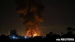 Asap membubung dari kilang minyak di Teheran, Iran, 2 Juni 2021. (Majid Asgaripour/WANA via Reuters)