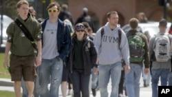 Siswa berjalan melintasi kampus di University of Vermont di Burlington, Vt. Statistik federal menunjukkan 43 juta orang di Amerika Serikat miliki pinjaman mahasiswa. (Foto: AP)