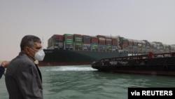 Osama Rabie, Ketua Otoritas Terusan Suez, memantau situasi di dekat kapal kontainer terdampar Ever Given, salah satu kapal kontainer terbesar di dunia, setelah kandas, di Terusan Suez, Mesir, 25 Maret 2021. (Foto: via Reuters)