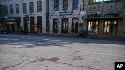Mrlje od krvi na cesti nakon pucnjave, 12. juna 2021. u centru Austina u Teksasu.