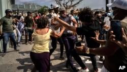 Xô xát giữa người biểu tình và cảnh sát ở Havana, Cuba, vào ngày 11/7/2021.