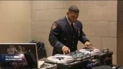 DJ u policijskoj uniformi