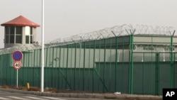 資料照片:新疆阿圖什市崑山工業園區邊的警衛樓和鐵絲網。 (2018年12月3日)