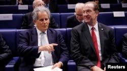 Penjabat Ketua IMF David Lipton (kiri) dan Presiden Bank Dunia David Malpass dalam acara di Paris, Perancis Selasa (16/7).