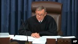 سەرۆکی دادگای باڵا جان ڕۆبەرتس لە کاتێکدا سەرۆکایەتی پرۆسەی دادگایی کردنی سینات دەکات