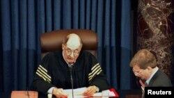 Kryetari i Gjykatës së Lartë, William Rehnquist, duke njoftuar rezultatin e votimit në Senat gjatë gjyqit të Presidentit Clinton