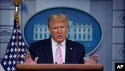 美國總統特朗普4月10日在白宮向媒體介紹美國的抗疫工作進展。