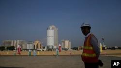 중국인 건설 노동자가 일대일로 사업의 일환인 스리캉카 콜롬보 항만 건설 현장에 서 있다.