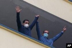 Andrés Arauz (izq) candidato presidencial de la Alianza Unión por la Esperanza (UNES), y su compañero de binomio Carlos Rabascall saludan a partidarios en Quito, Ecuador, el 11 de abril de 2021.
