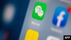 ພາບໜ້າຈໍໂທລະສັບ ສະແດງໃຫ້ເຫັນໂລໂກ້ຂອງແອັບພລີເຄຊັ້ນ ສົ່ງຂໍ້ຄວາມ WeChat .