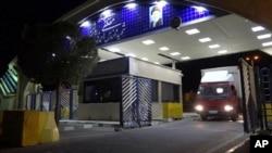 Dalam foto ini yang dirilis pada hari Rabu, 6 November 2019 oleh Organisasi Energi Atom Iran, Sebuah truk berisi silinder gas uranium hexafluoride meninggalkan fasilitas pengayaan uranium Ahmadi Roshan di Natanz ke fasilitas nuklir Fordo. (Foto: dok).