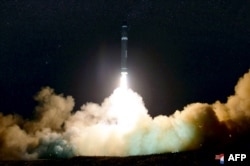 북한이 지난 2017년 11월 화성-15형 탄도미사일 발사에 성공했다며 공개한 사진.