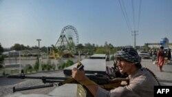 نیروهای امنیتی و شبهنظامیان افغانستانی در حال نبرد با طالبان، در نزدیکی شهرستان انجیل، استان هرات، جمعه ٨ مرداد ۱۴۰۰