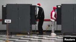 ARHIVA - Ljudi učestvuju u ranom glasanju za drugi krug izbora za predstavnike Georgije u Senatu SAD, u Atlanti 14. decembra 2020. (Foto: Reuters)