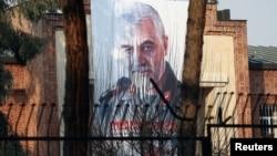 Slika iranskog generala Soleimanija, šefa elitne jedinice Kuds, ubijenog u američkom vazdušnom napadu, postavljena je na zgradi bivše američke ambasade u Teheranu, 7. januara 2020.