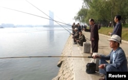 북한 평양 대동강에서 노인들이 낚시를 하고 있다. (자료사진)