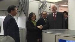 美国在台协会主席莫健与台湾驻美代表高硕泰登机迎接蔡英文