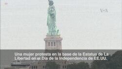 Protesta sobre la base de la Estatua de La Libertad en Nueva York