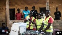 Les agents électoraux, lors du premier tour à Bissau, le 24 novembre 2019.