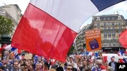 """法国民众在巴黎示威,反对""""疫苗护照""""的规定(2021年7月31日)"""