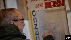 Čovek pre glasanja čita listu kandidata na biračkom mestu u Pamploni, severna Španija, 10. novembra 2019.