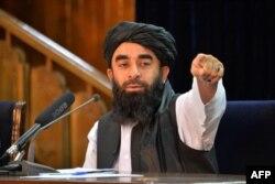 Juru bicara Taliban Zabihullah Mujahid dalam konferensi pers di Kabul (24/8).