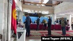 Qırğızıstan seçiciləri paytaxt Bişkekdə referendumda səs verir, 11 aprel, 2021.