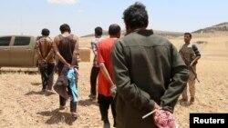 Para tawanan bekas militan ISIS yang ditahan Pasukan Demokratik Suriah di Manbij, Aleppo, Suriah utara. Banyak di antara mereka berasal dari negara-negara Eropa. (foto: ilustrasi).