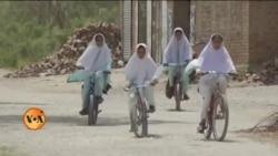 سائیکل پر اسکول جانے والی سندھ کی لڑکیاں