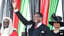 Lazarus Chakwera sauda os seus apoiantes apos tomar posse.