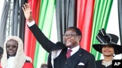Perezida wa Malawi Lazarus Chakwera aramutsa abaturage amaze kurahirira umwanya w'umukuru w'igihugu