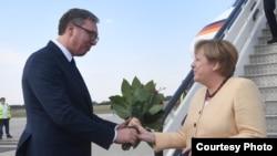 Predsednik Srbije Aleksandar Vučić i nemačka kancelarka Angela Merkel na aerodromu u Beogradu (RSE/courtesy photo)