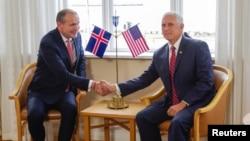 Presiden Islandia Gudni Th. Johannesson bersalaman dengan Wakil Presiden Mike Pence di Hofdi House, Reykjavik, Islandia, 4 September 2019.