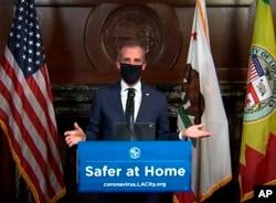 Walikota Eric Garcetti mengenakan masker pelindung wajah selama konferensi pers hariannya di Los Angeles pada hari Rabu, 1 April 2020. (Foto: AP)