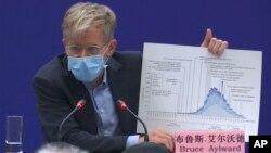 世界卫生组织派往中国的专家团负责人布鲁斯·艾尔沃德在北京参加记者会。(2020年2月24日)
