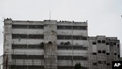 Guardias de la prisión están parados en el techo de la prisión militar Ramo Verde en Los Teques, en las afueras de Caracas. Abril 28, 2017.
