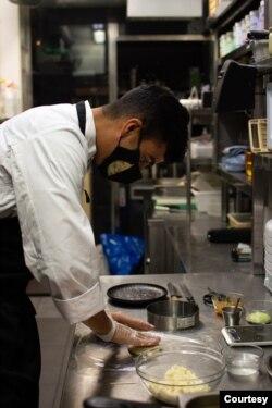 """El chef venezolano Daniel Cadena es quien está detrás de """"La Qué Tal"""", propuesta gastronómica de empanadas gourmet en España. Foto: Cortesía."""
