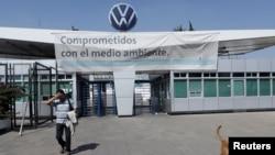 រូបឯកសារ៖ បុគ្គលិកម្នាក់ចាកចេញពីរោងចក្ររបស់ក្រុមហ៊ុន Volkswagen នៅពេលក្រុមហ៊ុននេះបិទរោងចក្ររបស់ខ្លួនជាបណ្តោះអាសន្ននៅក្នុងប្រទេសម៉ិកស៊ិក ក្នុងពេលបារម្ភពីការរីករាលដាលនៃជំងឺកូវីដ១៩ នៅក្នុងក្រុង Puebla ប្រទេសម៉ិកស៊ិក កាលពីថ្ងៃទី២៩ ខែមីនា ឆ្នាំ២០២០។